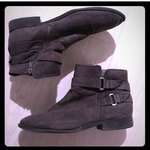 Suede-like booties with zipper